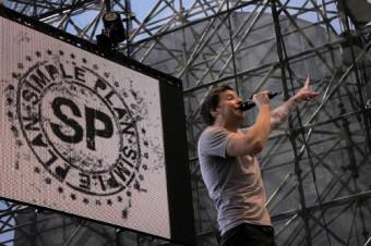 Пьер Бувье, фронтмен Simple Plan, поет в Sennheiser SKM 2000 с динамическим капсюлем 935