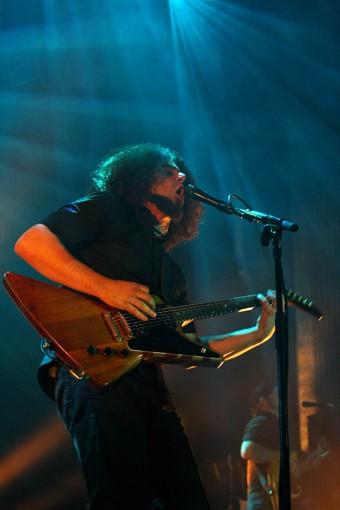 Клаудио Санчес, фронтмен Coheed & Cambria, поет в проводной микрофон Sennheiser evolution e 945