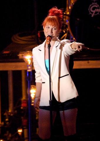 Хейли Уильямс выступает сос своим ярко-оранжевым, с собственной подписью микрофоном SKM 2000 с капсюлем 935-1