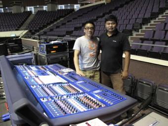 FOH инженер Чен Тай Шен (слева) и Моби Тех, системный инженер Unusual Productions