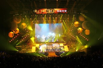 Концерт проводился с использованием множества беспроводных микрофонов и мониторных систем Sennheiser