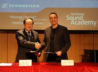 Слева направо: Ли Конг и Марк Винсент подписывают контракт