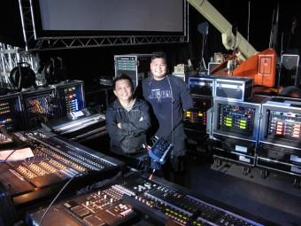Денни Ли (FOH, слева) и Сяо Хей (мониторинг, справа)