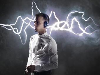 Люк Тодд у навушниках Momentum on-ear синього кольору
