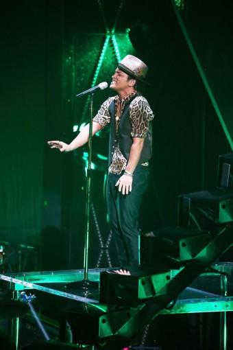 """Бруно Марс на сцене в своем туре """"Moonshine Jungle Tour"""" со своим трансмиттером SKM 5200 с капсюлем MD 5235"""