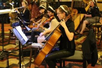 Оркестр из 11 инструментов оснащен микрофонами Neumann и Sennheiser