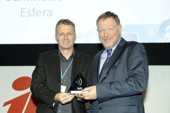 Клаус Менке из Sennheiser принимает награду от Питера Уайта из IABM