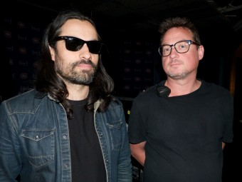 FOH инженер Джейсон М. Тарулли (слева) и мониторный инженер Роб Эллиот (справа)