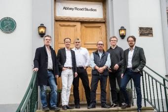 Справа налево: инженер звукозаписи Энди Джексон, д-р Андреас Сеннхайзер, продюсер Саймон Франглен, со-куратор Обри Пауэл, продюсер Саймон Родс, Дэниел Сеннхайзер