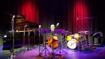 Запись концерта в AMBEO 3D Audio: микрофоны Neumann KU 100, исполненные в виде головы манекена, могут насладиться концертом прямо на сцене