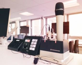 Университет заменил свои существующие беспроводные микрофоны микрофонами Sennheiser SpeechLine Digital Wireless во всем университетском городке